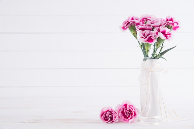 Flor clavel rosa en florero