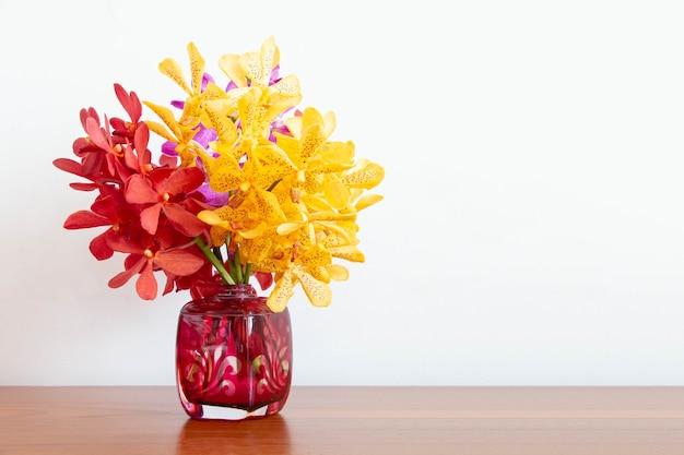 Flor colorida de la orquídea en florero, enfoque selectivo.