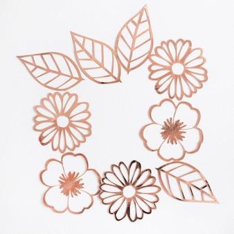 Flor de corte laser y hojas sobre fondo blanco