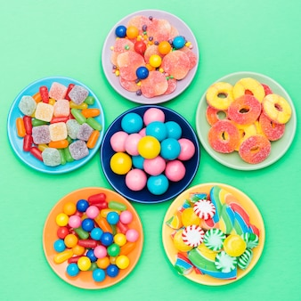 Flor hecha de cuencos con dulces en la mesa