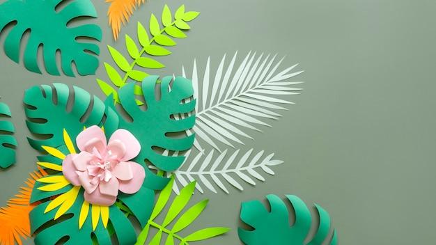 Flor y hojas hechas de papel.