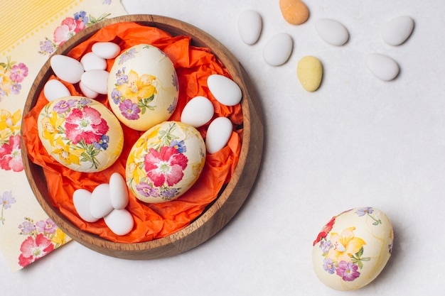 Flor de huevos de pascua decorada en bandeja.