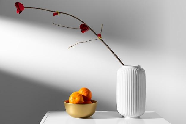 Flor en jarrón y naranja año nuevo chino 2021