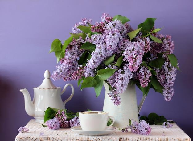Flor lila morada en una jarra