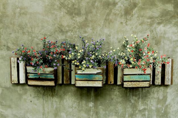 Flor en maceta en la pared