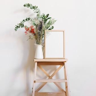 Flor y marco en taburete