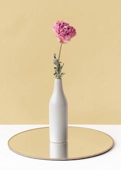 Flor de peonía rosa seca en un jarrón