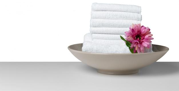 Flor con pila de toalla blanca
