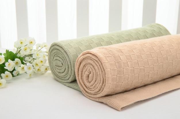 Flor en pila de toallas en habitación de hotel de luz