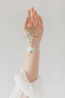 Flor de primavera pegada en el brazo