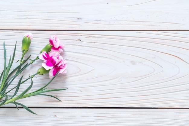 Flor de primavera rosa sobre fondo de madera