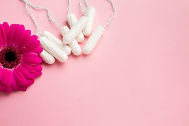 Flor y productos sanitarios femeninos