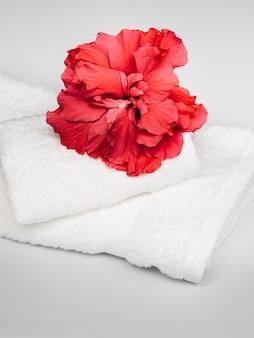 Flor roja en una pila de toallas