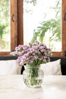 Flor de statice en florero