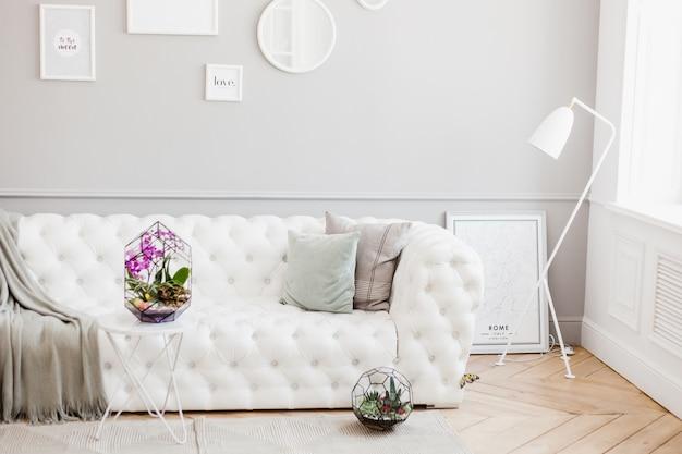 Florario - composición de suculentas, piedra, arena y vidrio, elemento de interior, decoración del hogar, terario de vidrio