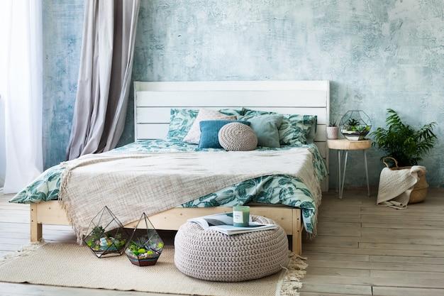 Florarium: composición de suculentas, piedra, arena y vidrio, elementos del interior, decoración del hogar.
