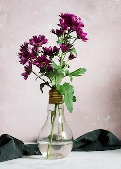 Florecen las flores de primavera en florero