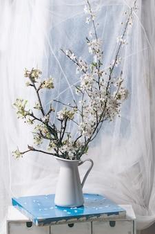 Florecientes ramas de cerezo