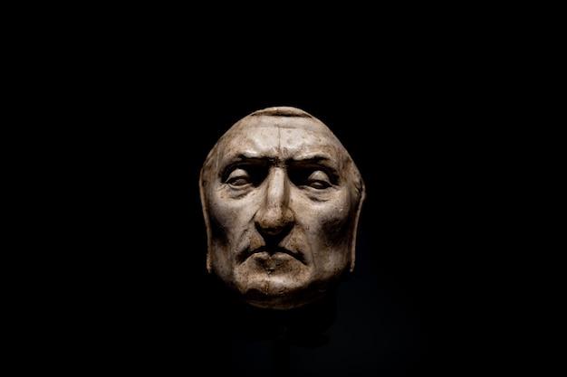Florencia, italia - 24 de junio de 2018: vista de cerca de la máscara mortuoria de dante alighieri en el palazzo vecchio