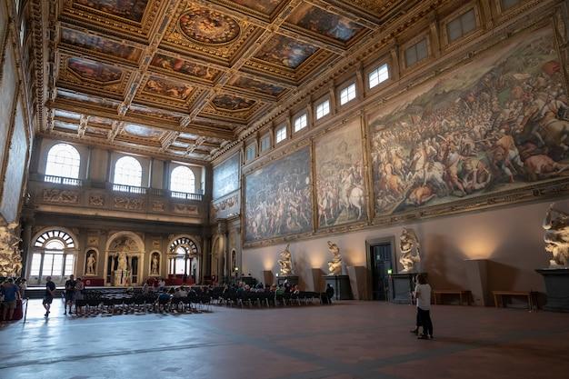 Florencia, italia - 24 de junio de 2018: vista panorámica del interior y las artes del palazzo vecchio (palacio viejo) es el ayuntamiento de florencia.