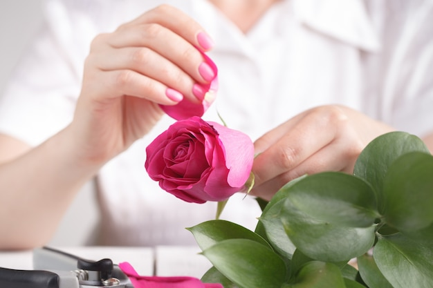 Floreria femenina hacer bouqet en la mesa de trabajo prosess