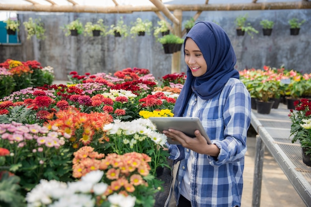 Floreria femenina usando tableta