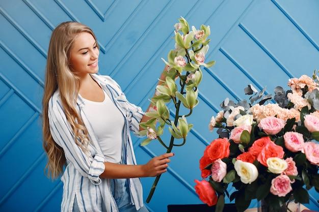 Floreria hace un hermoso ramo en un estudio