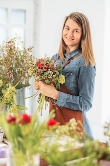 Floreria haciendo ramo de flores diferentes