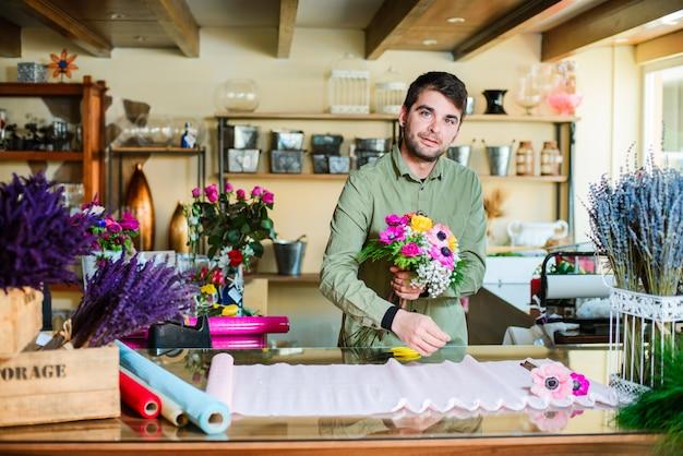 Floreria masculino haciendo ramo en florería