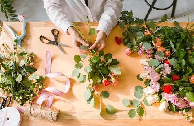 Floreria de primer plano haciendo un ramo