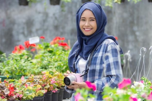 Floreria sonriendo con cámara