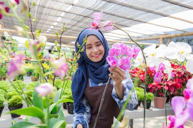 Floreria trabajando en flor