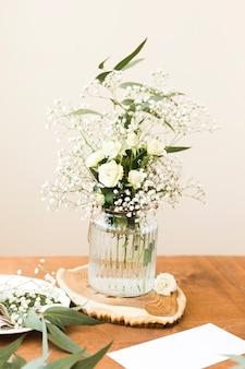 Florero alto ángulo con flores