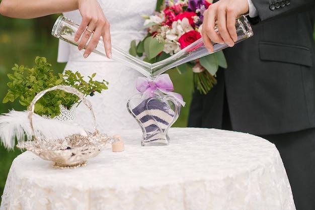 Florero de ceremonia de arena en una boda con arena de colores que se mezclan