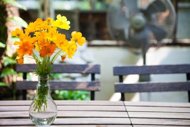 Florero decorativo flor en una mesa