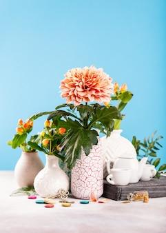 Florero con hermosas flores de crisantemo en la mesa de luz