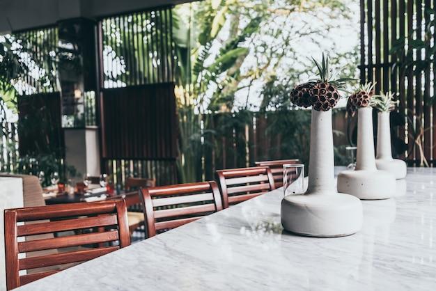 Florero hermoso y moderno en la mesa de comedor