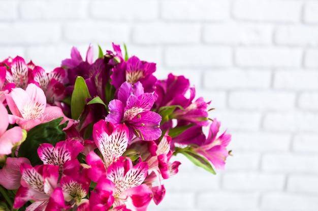 Florero lleno de flores de colores