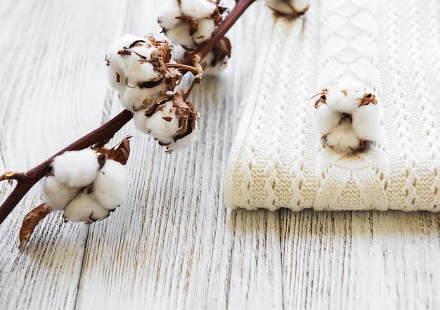 Flores de algodón y bufanda.