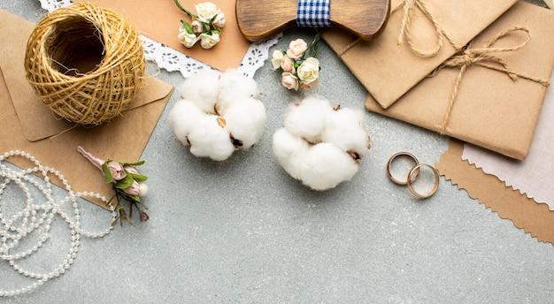 Flores de algodón y sobres copie el concepto de belleza de boda de espacio