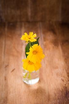 Flores amarillas en florero