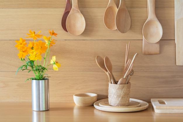 Flores amarillas frescas en el florero y cocina.