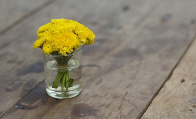 Flores amarillas en la mesa