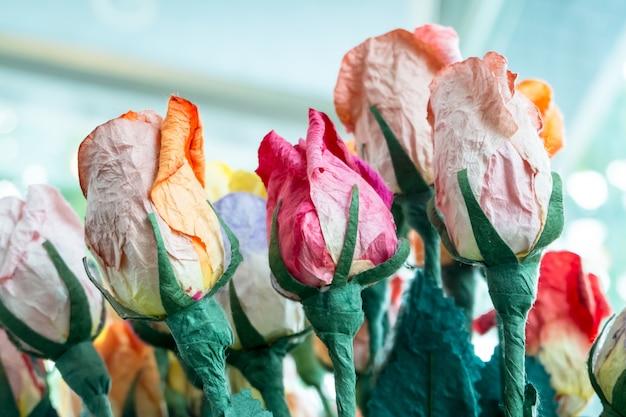 Flores artificiales hechas de papel.