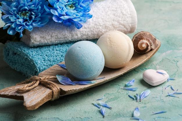 Flores azules y bombas de baño