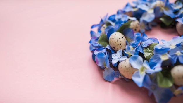 Flores azules con huevos en mesa