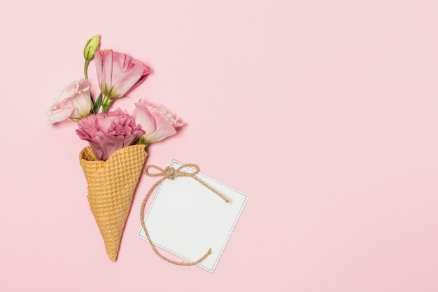 Flores en bastones de galleta cerca de tarjeta postal