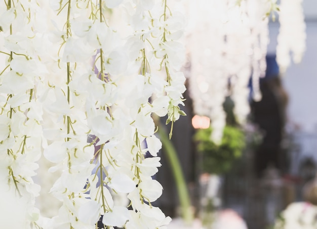 Flores blancas colgando suaves. elementos de decoración para la ceremonia de boda.