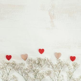 Flores blancas y corazón con espacio de copia en la parte superior