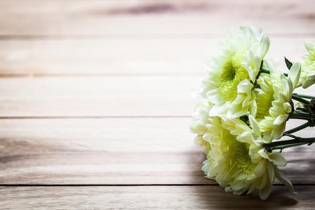 Flores blancas en una mesa de madera
